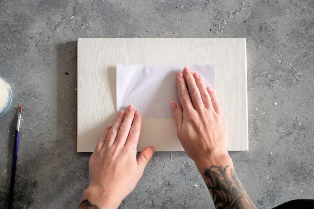 Das Bild mit der bedruckten Seite auf das Brett drücken