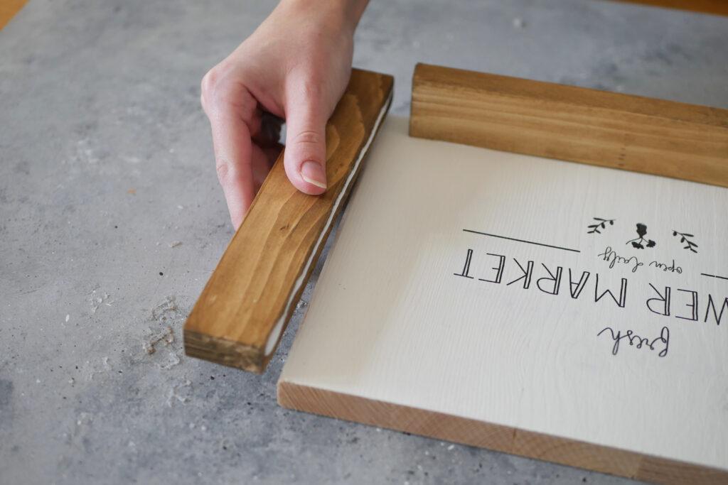 Anbringen der Leisten mit Holzleim