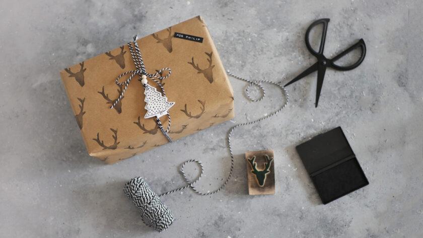 DIY Geschenkpapier mit selbstgemachtem Moosgummi-Stempel