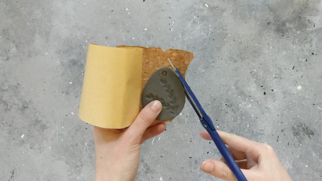 Die DIY Ostereier aus Modelliermasse auf Kork kleben