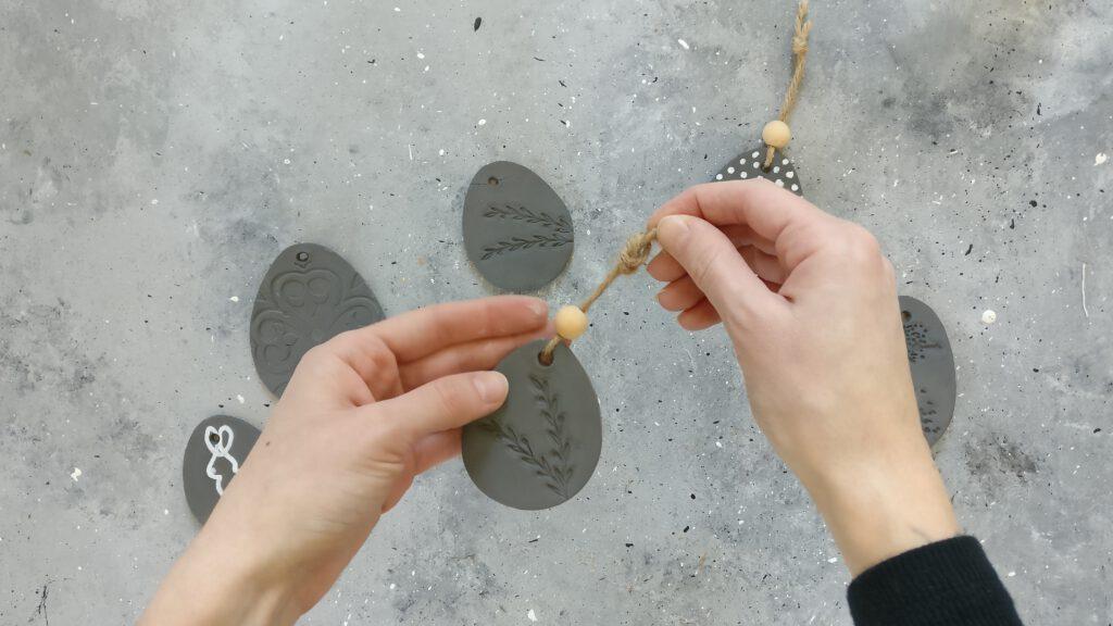 Jutegarn und Holzperle auffädeln
