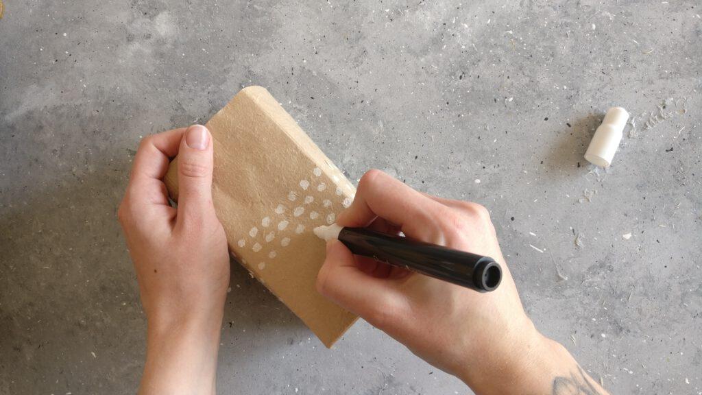 Weiße Punkte auf alle Seiten des Tetrapacks malen