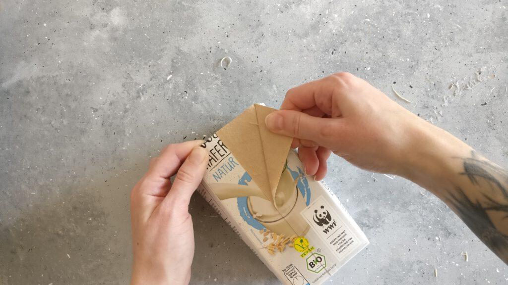 Äußere Schicht vom Tetrapack abziehen