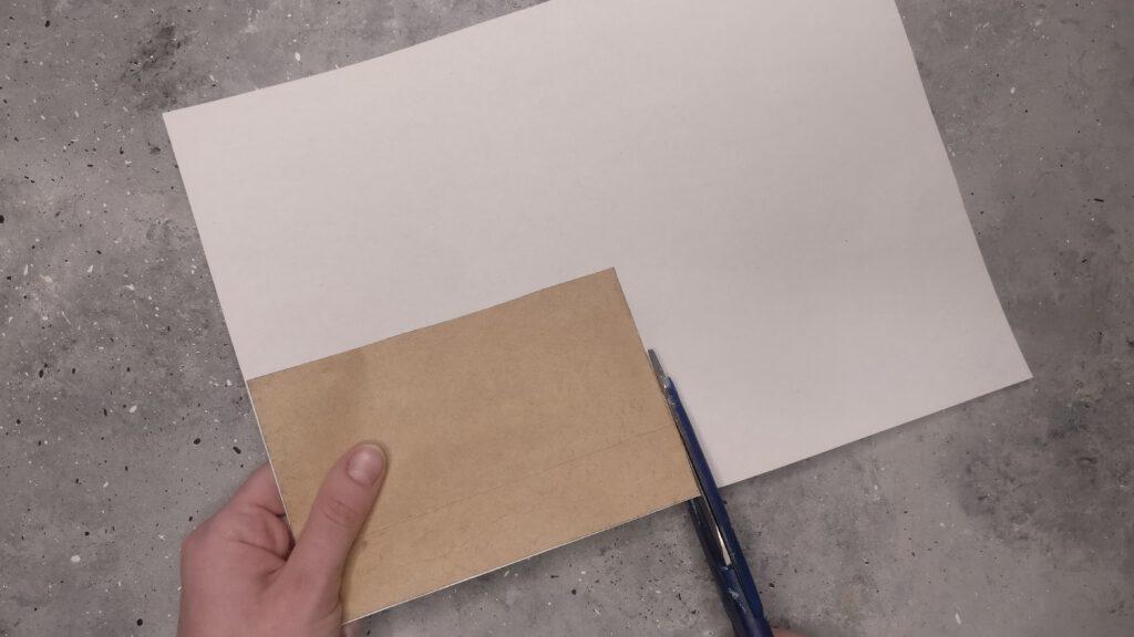 Karte auf weißes Papier kleben und ausschneiden