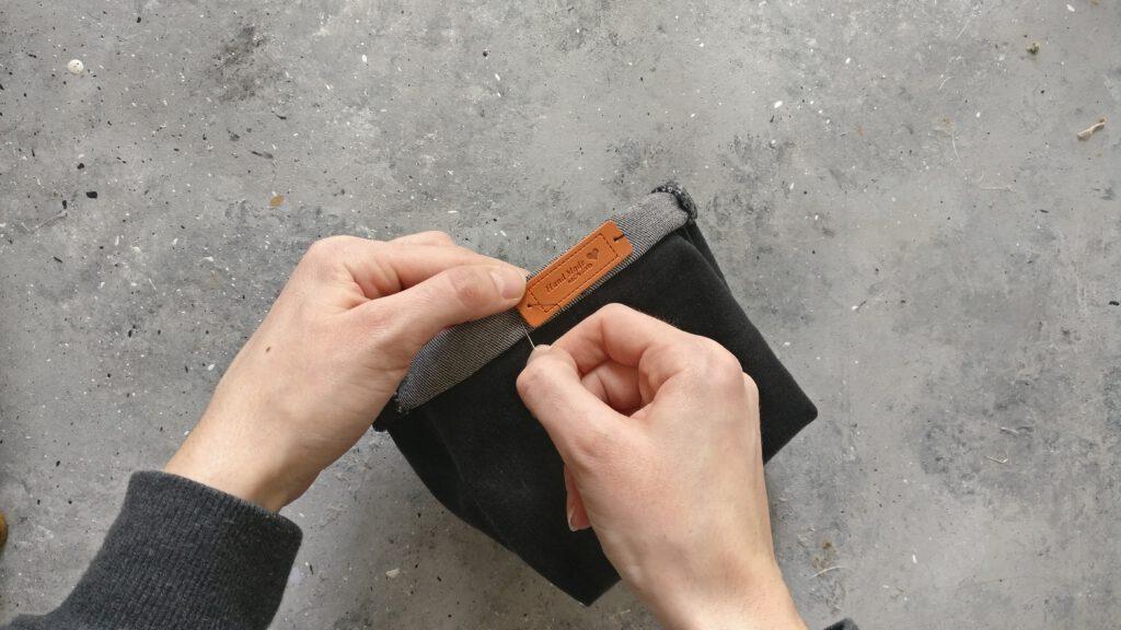 Label per Hand annähen