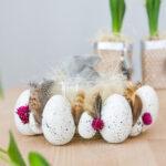 DIY Osterdeko mit Ostereiern, Trockenblumen und Federn