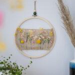 DIY Stickrahmen-Kranz mit Jute und Trockenblumen im Boho-Style