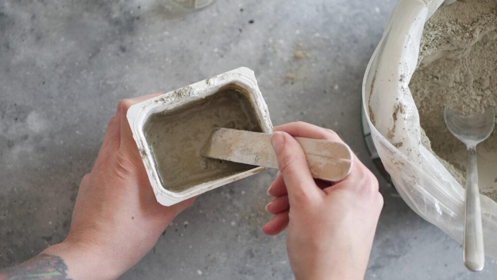 Den Beton mit Wasser anmischen