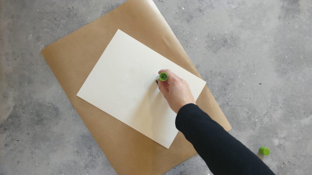 Das Aquarelle Bild auf das Packpapier kleben