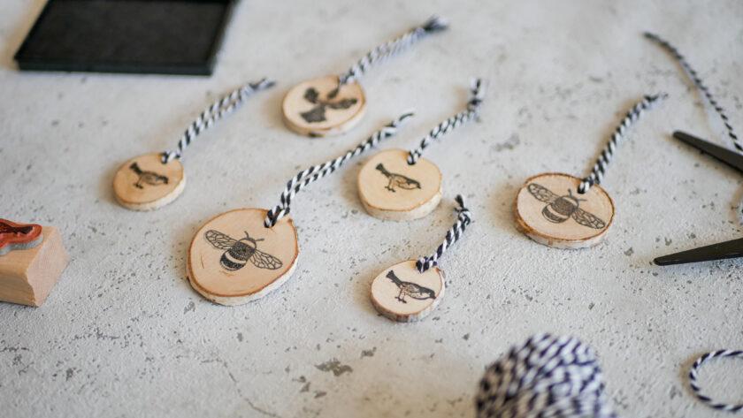 DIY bestempelte Geschenk-Anhänger aus Astscheiben
