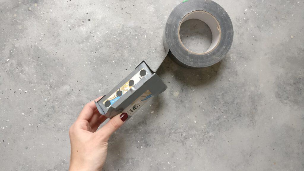 Die einzelnen Tetrapack Zuschnitte mit Panzertape zusammenkleben