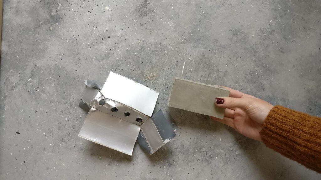 DIY Beton-Vase Schritt 6: Panzertape abziehen, Tetrapack entfernen und die DIY Betonvase so aus der Form nehmen