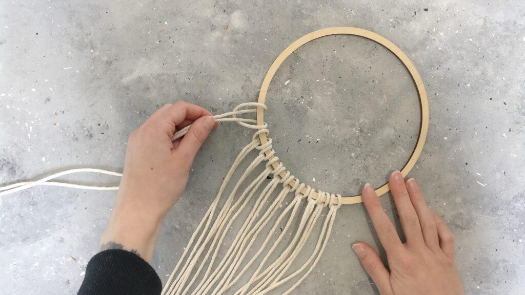 DIY Makramee Traumfänger Schritt 2: Das Makramee Garn an den Holzring knoten