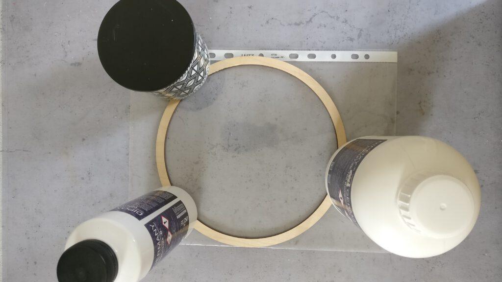 DIY Epoxidharz Bild mit Trockenblumen: Den Holzring beschweren