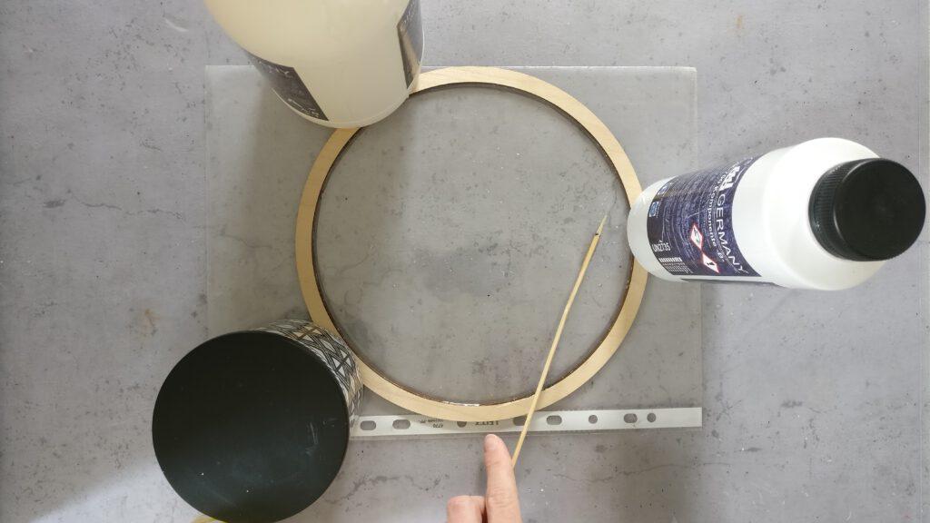 DIY Resin Bild mit Trockenblumen: Die erste Schicht Epoxidharz im Holzring verteilen