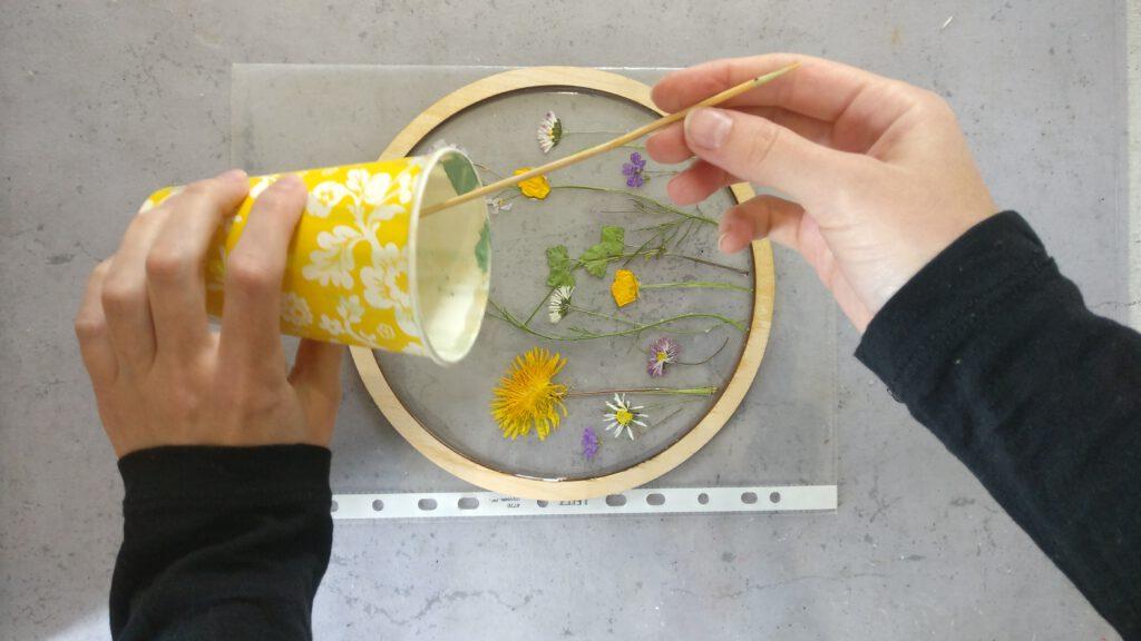 DIY Resin Bild Schritt 4: Die zweite Schicht Epoxidharz auf den gepressten Blüten verteilen verteilen.