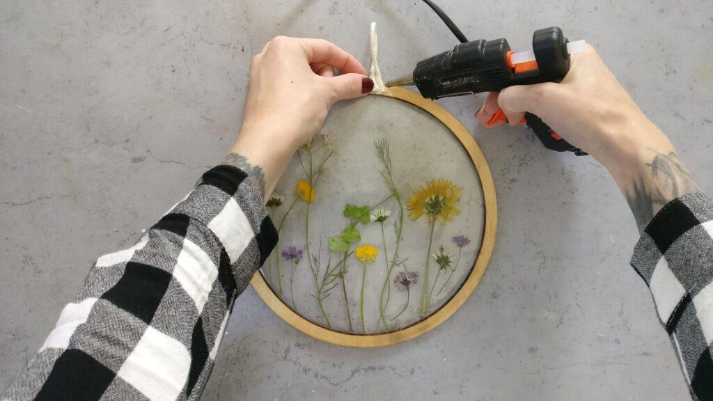 DIY Resin Bild mit gepressten Blumen Schritt 5: Die Aufhängung anbringen