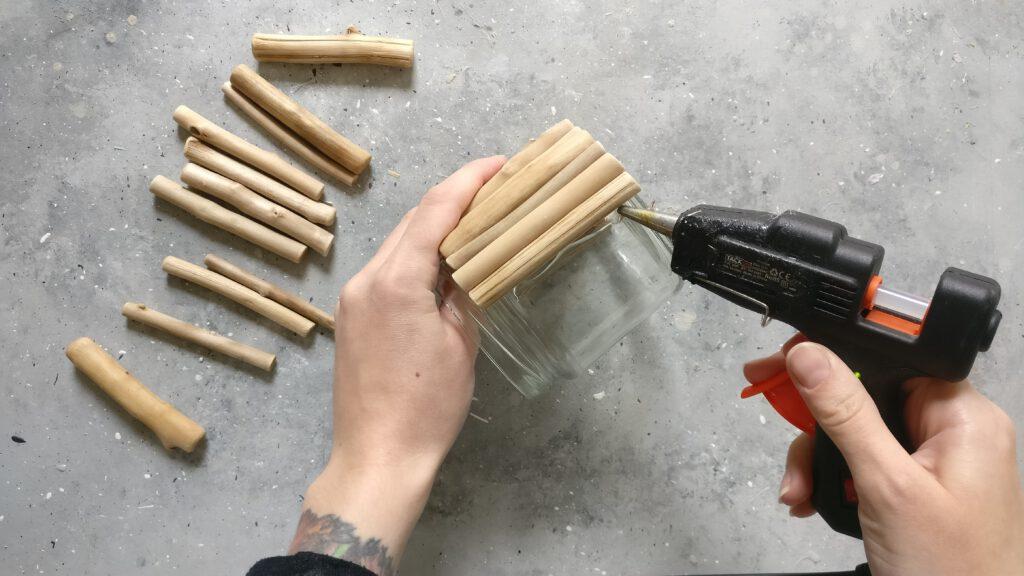 DIY Blumentopf aus Treibholz Schritt 1: Die Holzstäbchen auf das Glas kleben