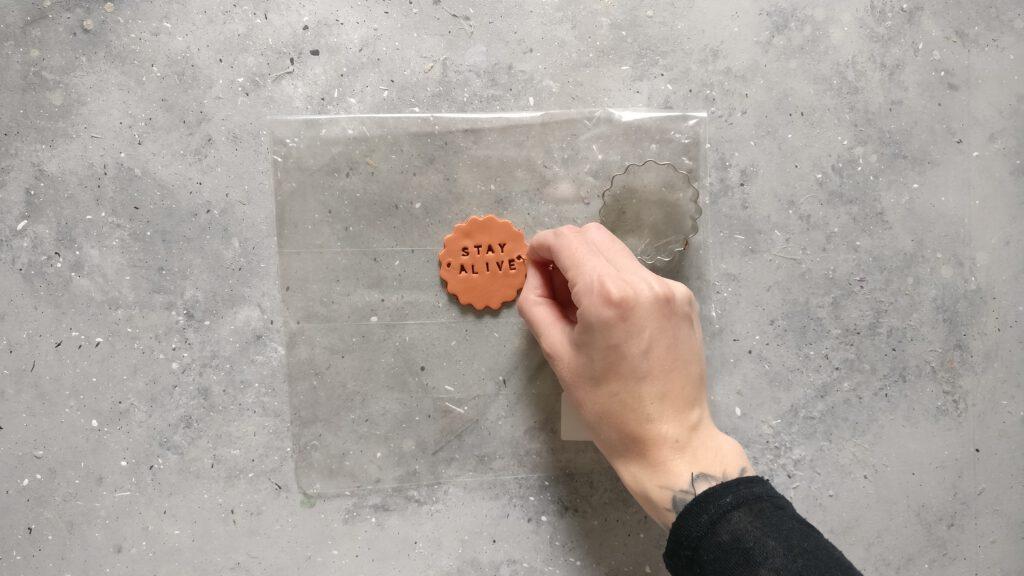 Upcycling Übertopf mit Holz Schritt 3: Die Form ausstechen