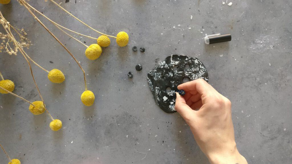 DIY Vasendeckel Schritt 5: Löcher in den Fimo stanzen