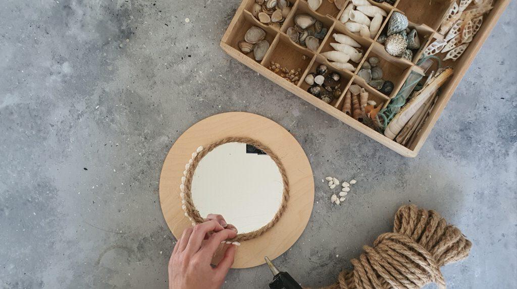 DIY Boho Wandspiegel Schritt 3: Muscheln aufkleben