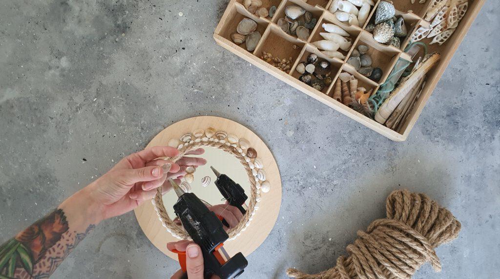 DIY Sunburst Mirror Schritt 4: Muscheln ankleben
