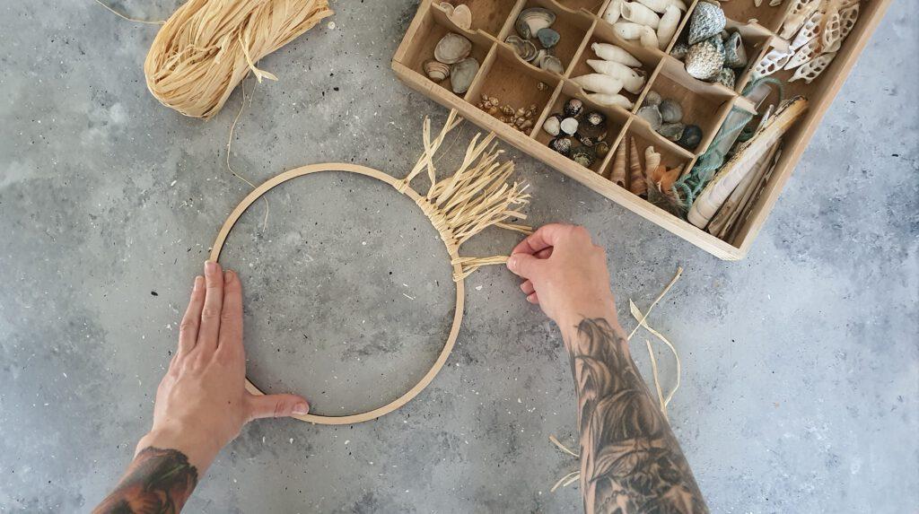 DIY Bast Spiegel Schritt 5: Raffia am Holzring befestigen