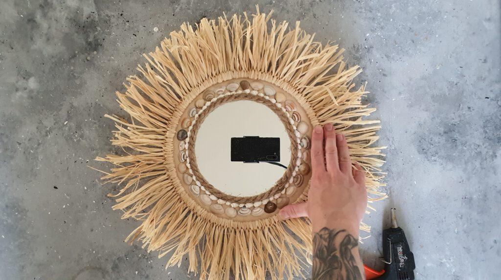 DIY Raffia Spiegel Schritt 6: Ring mit Raffiabast ankleben