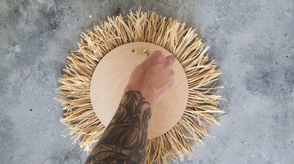 DIY Sonnenspiegel Schritt 8: Aufhängung befestigen