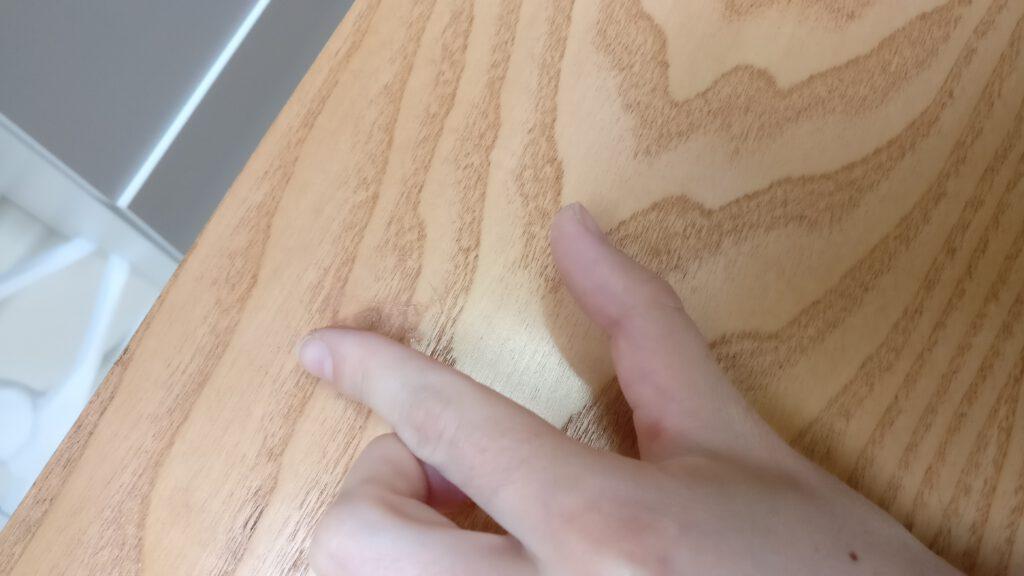 Möbel Upcycling Schritt 1: Löcher füllen und abschleifen