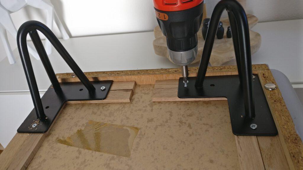 DIY Upcycling Kommode Schritt 5: Die Möbelfüße anschrauben