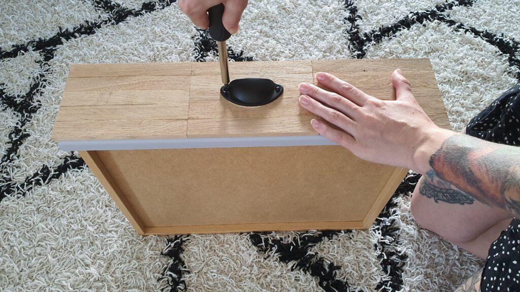 DIY Schrank Schritt 7: Die Muschelgriffe anschrauben
