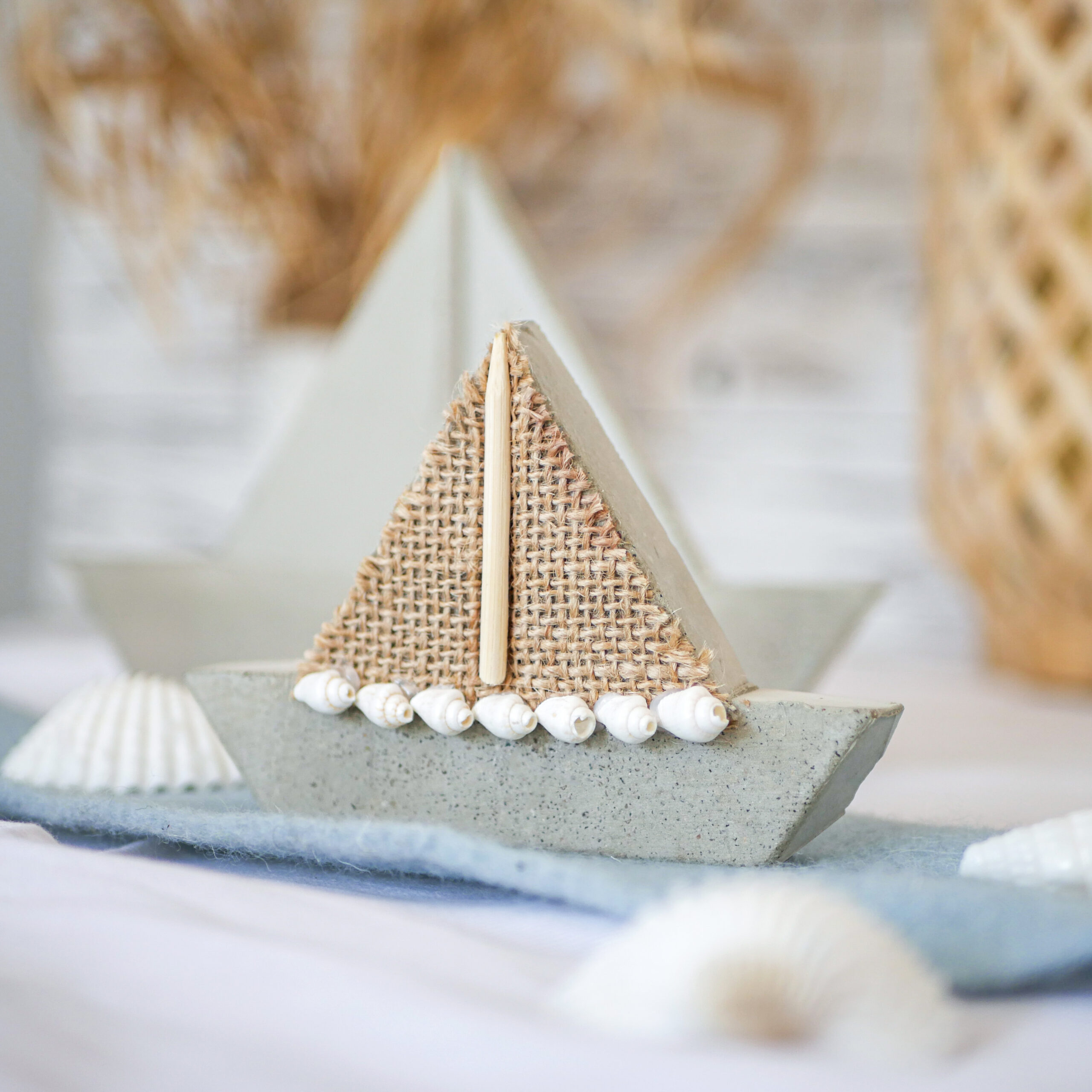 DIY Beton Segelboot Schritt 6: Mit Muscheln, Jute und Holz dekorieren.