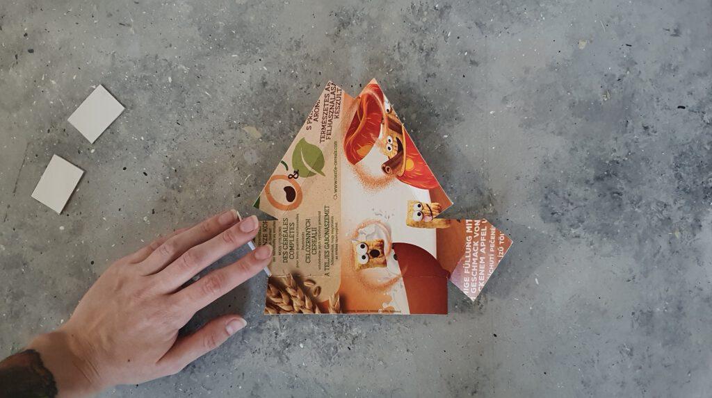 Upcycling Gießform Schritt 2: Beschichtete Seite nach innen klappen