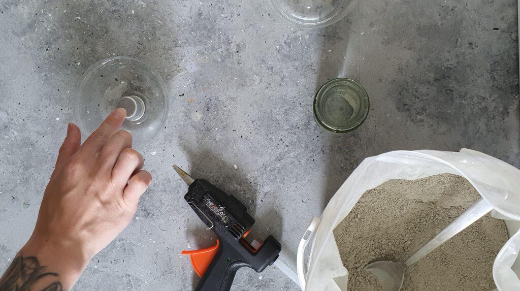 DIY Beton Kerzenhalter Schritt 2: Kerzentülle in die Form kleben