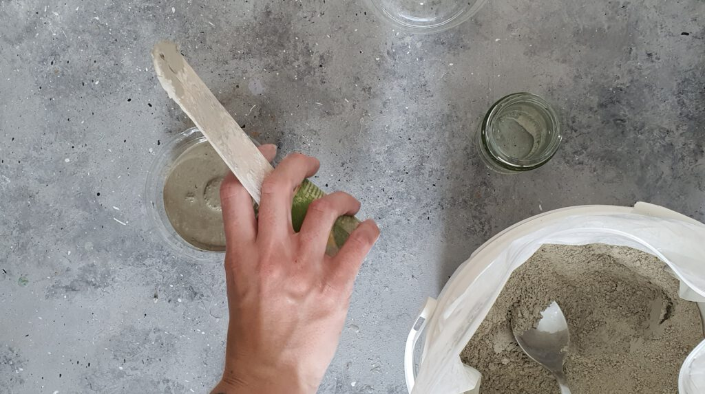 DIY Kerzenständer aus Beton Schritt 1: Bastelbeton anmischen und einfüllen