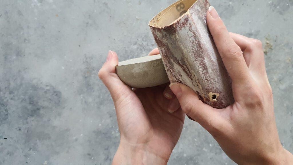 DIY Kerzenhalter aus Beton Schritt 3: Kanten und Erhebungen abschleifen