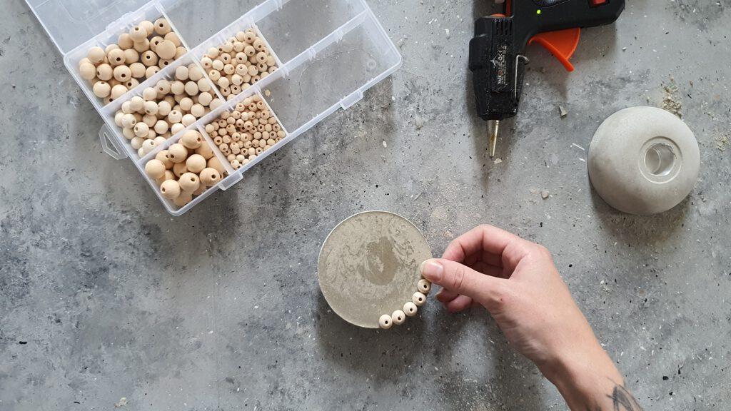 DIY Beton Kerzenhalter Schritt 4: Holzperlen aufkleben