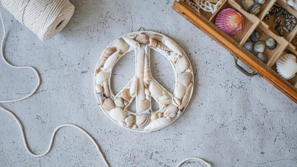 DIY Peace aus Muscheln basteln