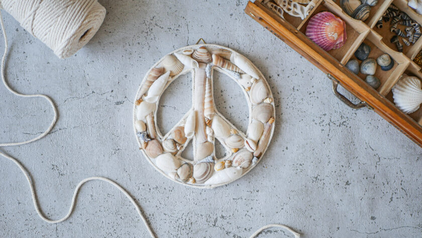 DIY Peace Symbol aus Muscheln basteln