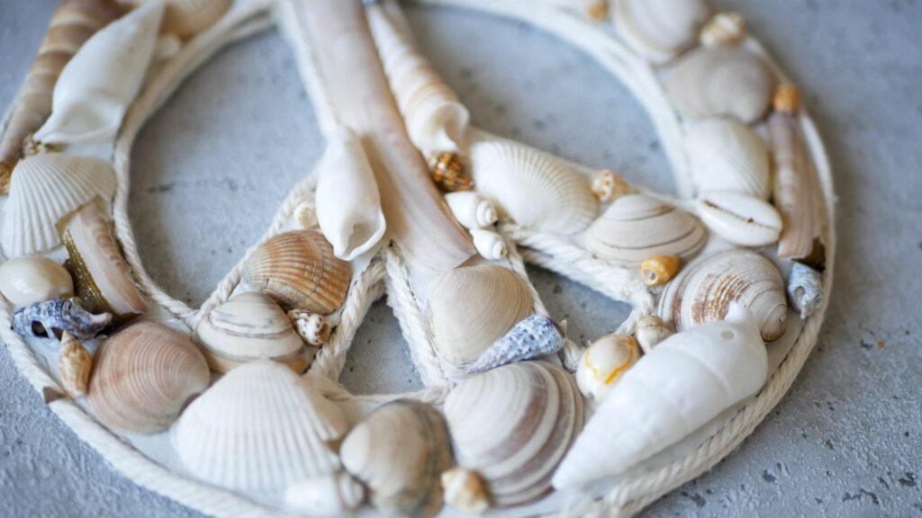 DIY: Maritimes Peace-Symbol aus Muscheln basteln