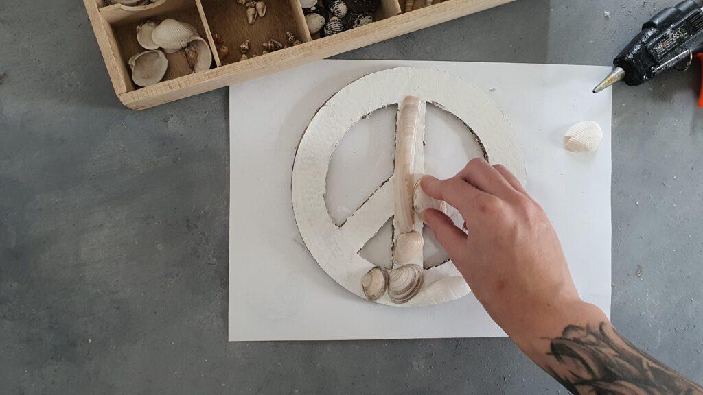 Peace-Symbol mit Muscheln Schritt 4: Mit Muscheln bekleben