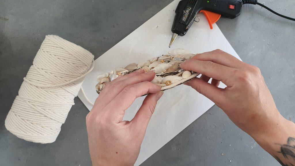DIY Peace-Zeichen mit Muscheln Schritt 5: Makramee-Garn um den Rand kleben