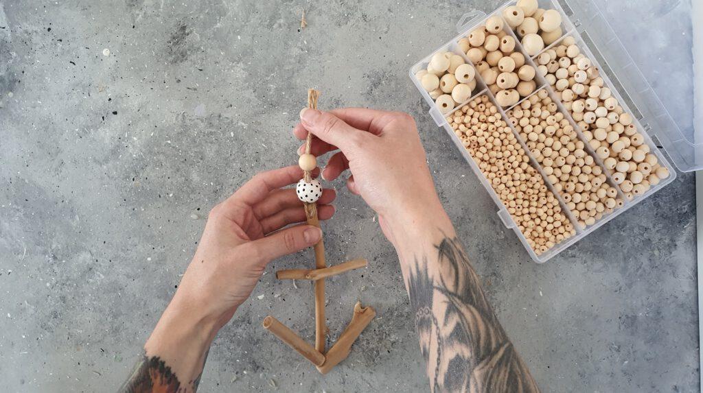 DIY Treibholz Anhänger Schritt 6: Perlen auffädeln und verknoten