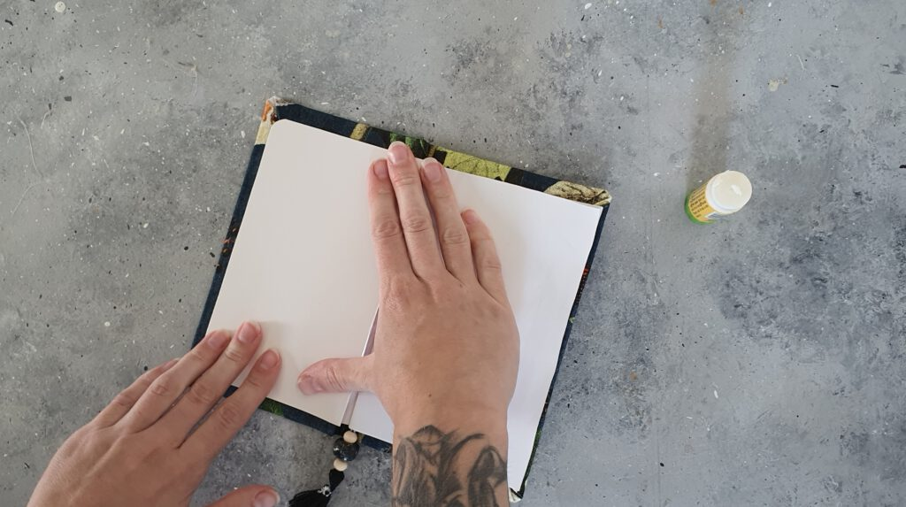 Upcycling Notizbuch Schritt 10: Innenseiten mit Pappe verkleiden