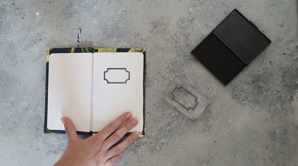 DIY Notizbuch aus Karton Schritt 11: Erste Seite bestempeln