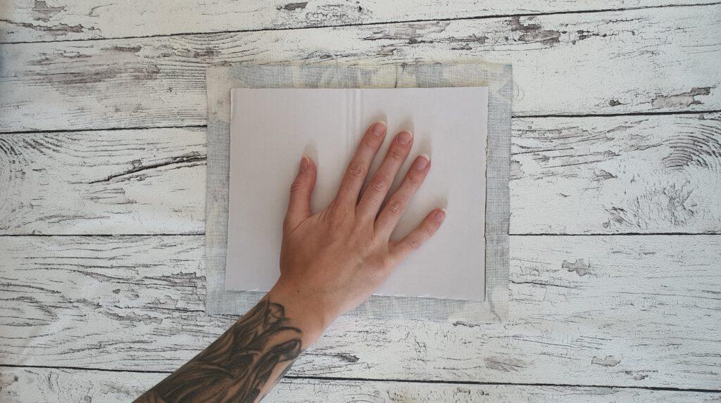 DIY Notizheft aus Stoffresten Schritt 4: Stoff auf Karton kleben