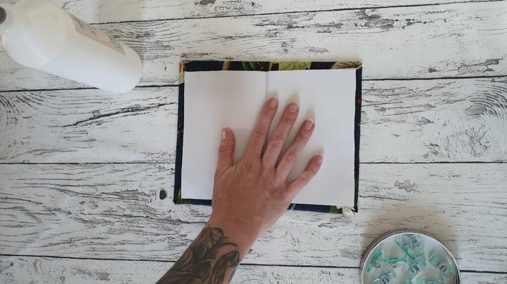 Upcycling Notizbuch aus Stoffrest Schritt 6: Papier in den Karton kleben