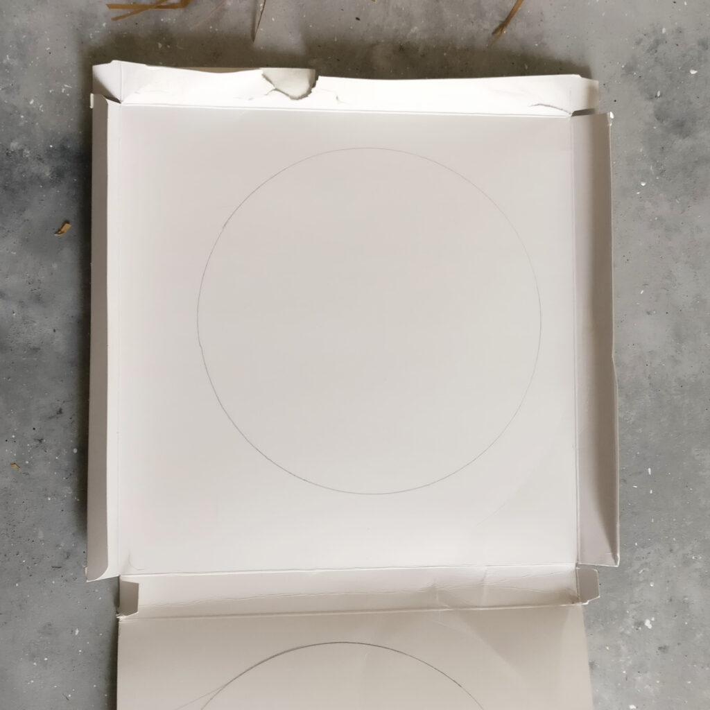 Strohhut Upcycling Spiegel Schritt 2: Karton zurechtschneiden