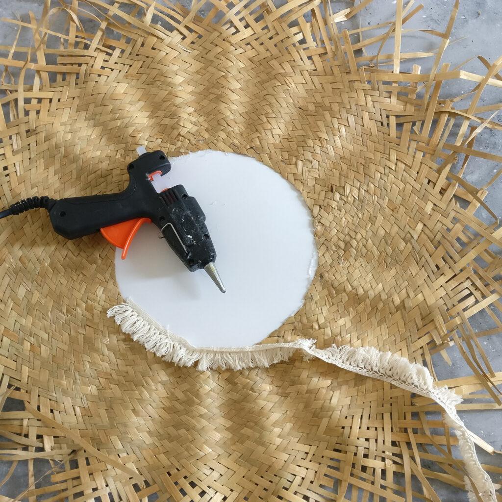 DIY Sonnen Spiegel Schritt 4: Fransenborte aufkleben